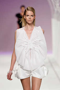 White, gray and black in the collection of Amaya Arzuaga